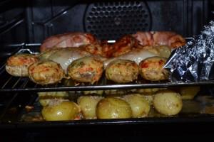 Dreierlei Hähnchen, gefüllte Champignons und Sesamkartoffeln im Ofen