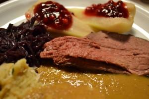 Rehkeule mit Birnen, Preiselbeeren, Semmelknödel und Rotkohl - lecker! :-)