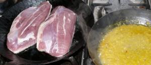 Die Entenbrust scharf anbraten - nebenbei reduziert die Orangensauce