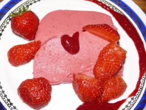 Die fertige Himbeer-Rhabarber-Terrine mit frischen Erdbeeren und Himbeerpuree