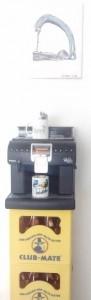 Auch hipsterhaft: Kaffee-Automat auf Club Mate Kisten.