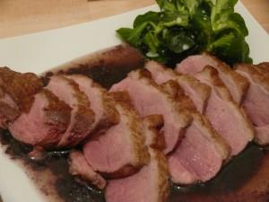 Wunderbar: Entenbrust auf Rotweinsauce mit Feldsalat