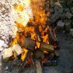 Etwa eine Stunde vor dem Grillen haben wir Angefangen, Glut zu erzeugen. Was hier brennt sind Stücke eines alten Dachstuhls - bestens geeignet!