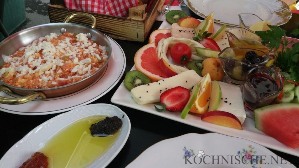 Menemen mit Käse in einem Café in Istanbul